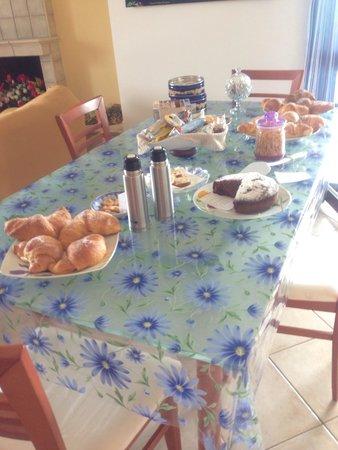 B&B Villa Maya: Il tavolo a disposizione per la scelta della colazione.