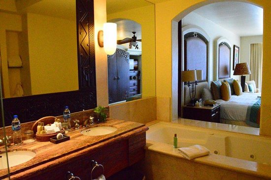 Marquis Los Cabos All-Inclusive Resort & Spa: Bathroom past the tub to the main room