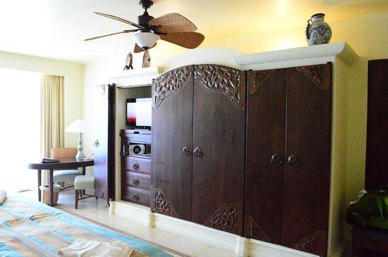 Marquis Los Cabos All-Inclusive Resort & Spa: Bedroom dresser and TV