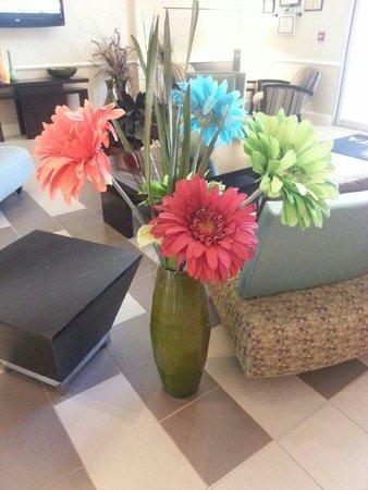 La Quinta Inn & Suites Columbus - Edinburgh : Flowers in lobby