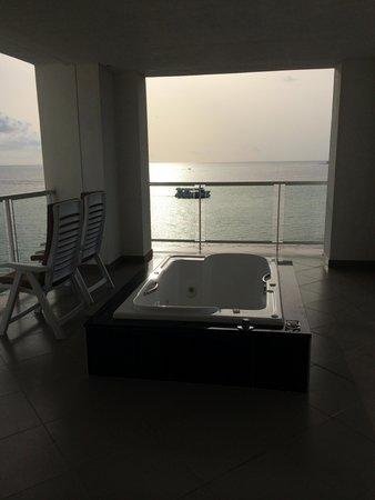 Hotel Riu Palace Peninsula: Jacuzzi on balcony