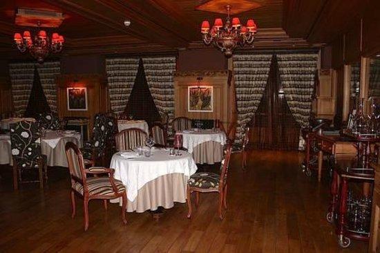 Michlifen Ifrane Suites & Spa : Restaurante Internacional