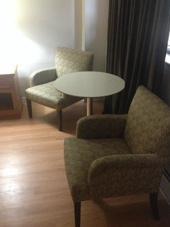 American Plaza Motel: sitting area