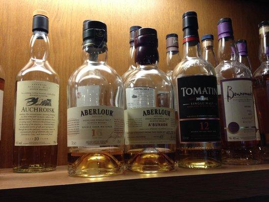 Rowan Tree Country Hotel: Very good whisky selection in cozy bar area