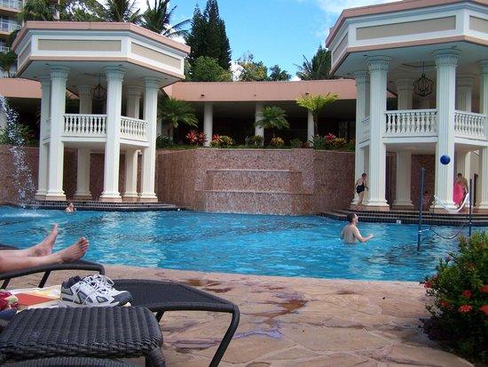 Marriott's Kaua'i Beach Club: 2 hot tubs next to the pool