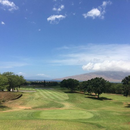 Maui Nui Golf Club : view on course showing both ocean and mountain