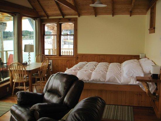 Seine Boat Inn : That comfy bed