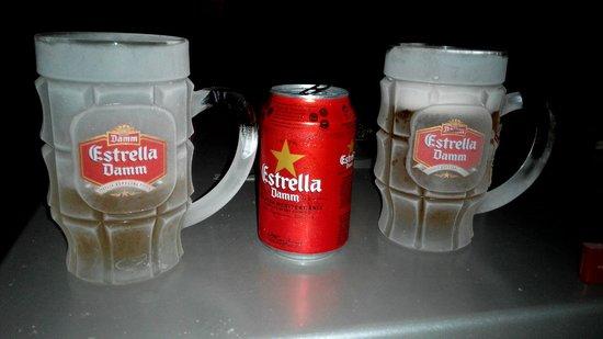 H Cristina Hotel: Disfrutando de una cerveza en el patio interior