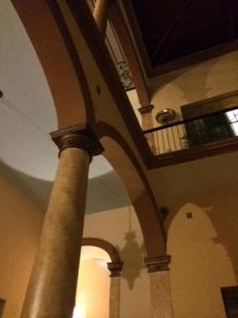 Casa Alebrijes Hotel : Night view from courtyard
