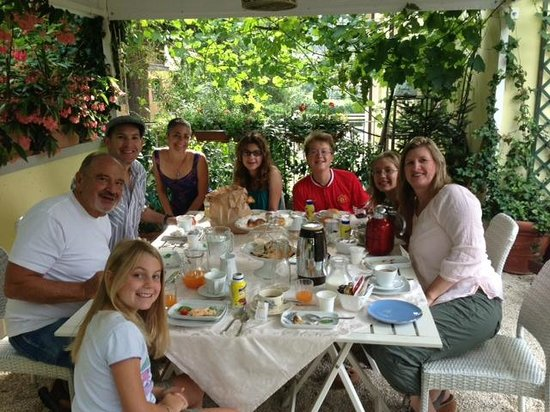 B&B Artesia Verona: All 8 of our family could comfortably sit together for breakfast.