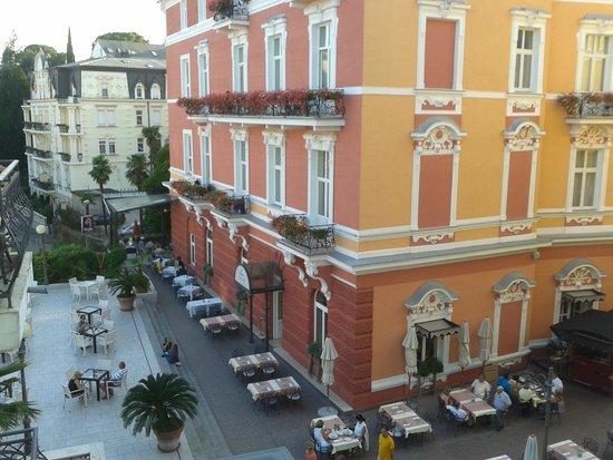 Grand Hotel 4 Opatijska Cvijeta: vista dalla stanza del magnolia sulla piazzetta