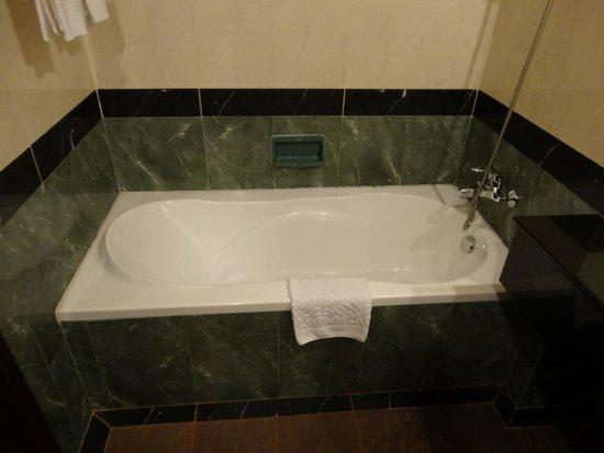 Prince D'Angkor Hotel & Spa : バスタブは、広いです。シャワーを使うにはブースのほうで・・・
