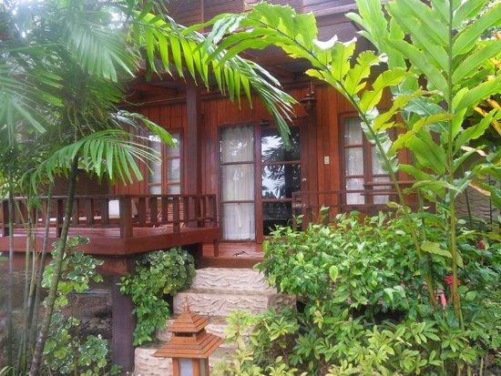 Green Papaya Resort: Cabaña por fuera, con el porche