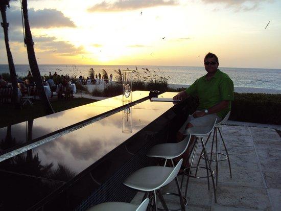Royal West Indies Resort: Grace Bay Infinity bar