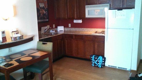 Residence Inn Charlotte SouthPark: kitchen area