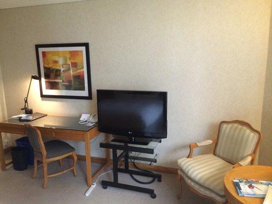 Metropolitan Hotel Vancouver: Angolo tv