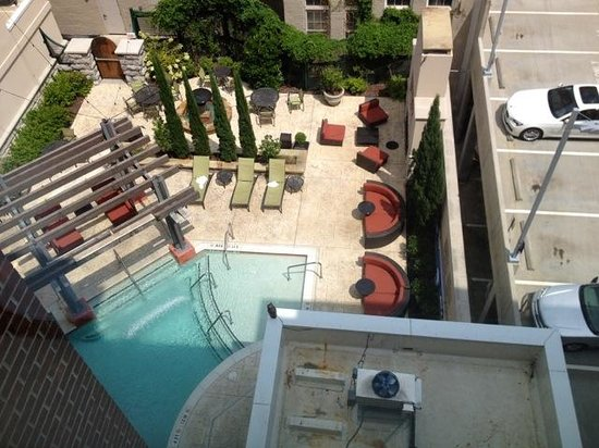 Hampton Inn & Suites Chattanooga / Downtown : View of pool from room