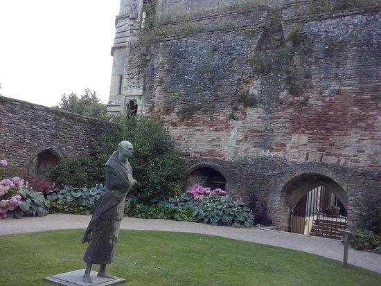 The Bishop's Palace and Gardens: Estatua del Pilgrim
