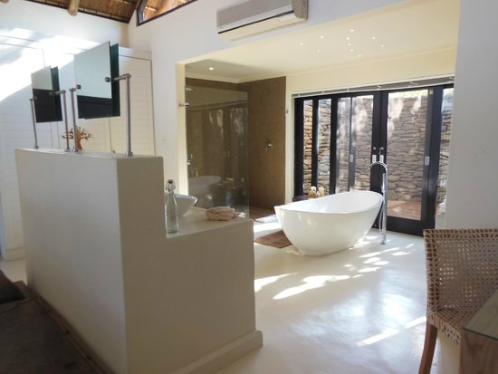 Lion Sands River Lodge: Amazing tub and outdoor shower area