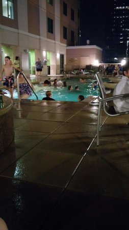 Embassy Suites by Hilton Houston Downtown: Pool at night