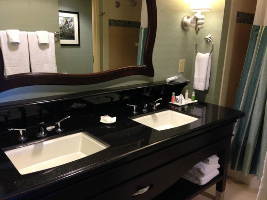 Disneyland Hotel: very nice and spacious bathroom with double sinks
