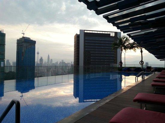 Aloft Kuala Lumpur Sentral: Vue de la high line depuis la piscine au petit matin