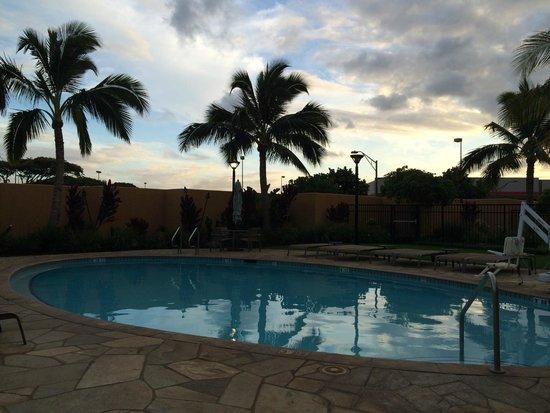 Courtyard Maui Kahului Airport : Maui Sunset at the pool