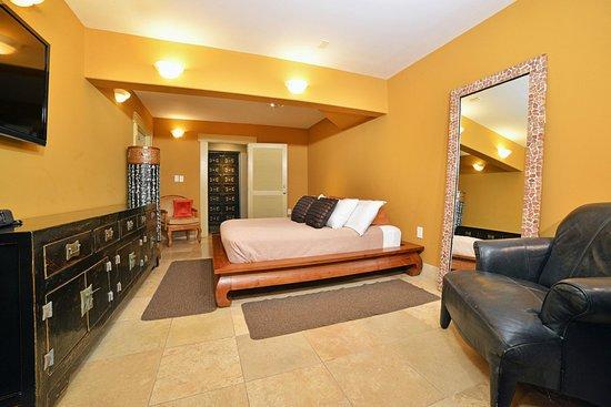 Tiki Moon Villas: Bedroom of Deluxe 1 bedroom Ocean Front: Ocean Sun suite