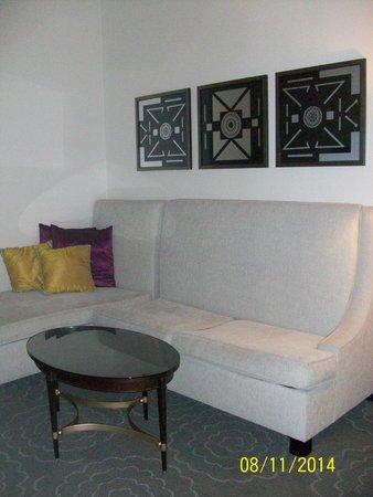 The Silversmith Hotel: Sitting Room with sofa sleeper & tv