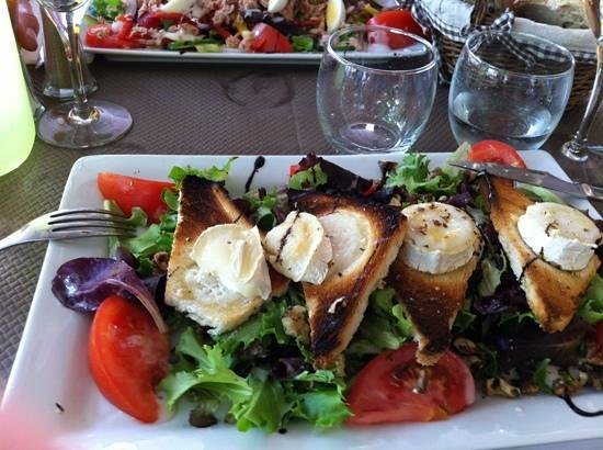 Le Safranier : Delicious goat cheese salad