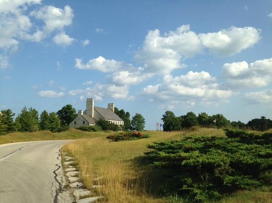 Whistling Straits Restaurant: View of the restaurant / clubhouse from the drive