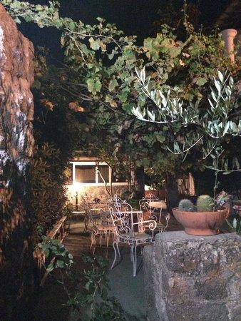 Hotel Villa Campo: Un angolo per una sosta sotto un fresco pergolato