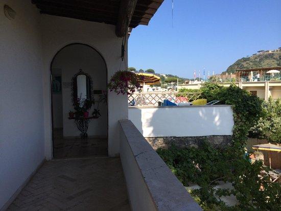 Hotel Villa Campo: Ingresso al corridoio con le stanze e sulla destra il terrazzo di una camera