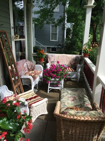 Hudson City Bed and Breakfast: Beautiful Sunny Front Porch