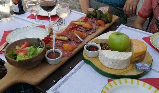 le Volet qui Penche : The meat and cheese platters!