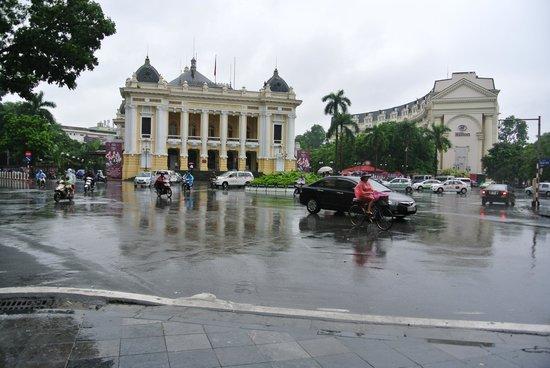 Hanoi Opera House: 前の道路は横断するのに勇気がいりそうです。