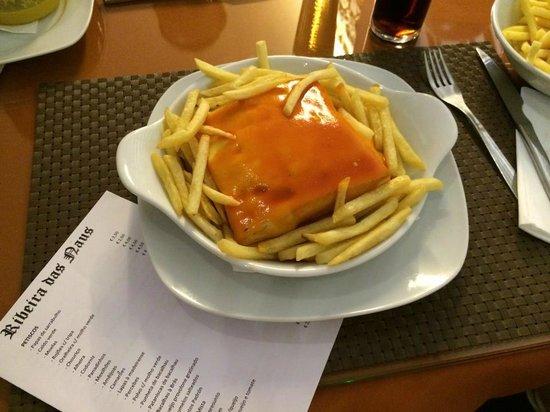 Ribeira das Naus: Francesinha com batatas fritas s/ovo