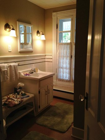 Hudson Manor Bed & Breakfast: Cayuga Bathroom