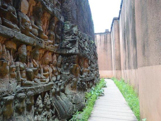 Bayon (Angkor) : ライ王のテラス内壁