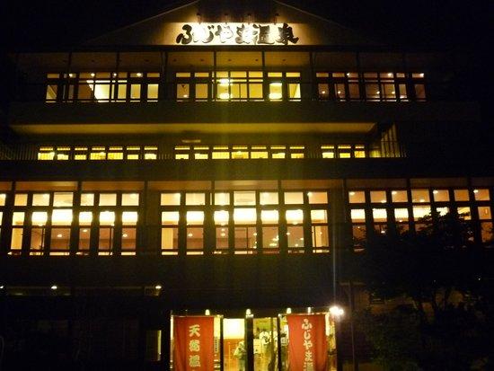 Fujiyama Onsen: 夜の正面