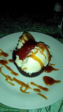 Fernando's Kaffee: Banana Split Cupcake