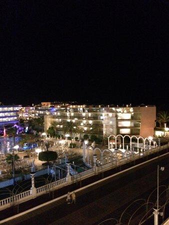 Cleopatra Palace Hotel: Вид с балкона на соседний отель.
