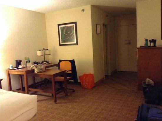La Quinta Inn & Suites Danbury: Desk area