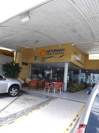 Netuanah Praia Hotel: pra apreciar o vai e vem da avenida.