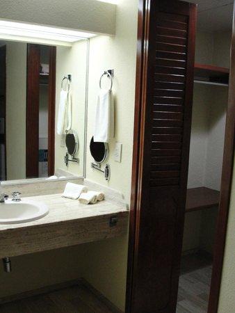 The Royal Caribbean: Pia que fica fora do banheiro