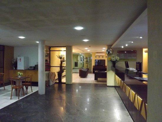 Netuanah Praia Hotel: hall bem organizado.