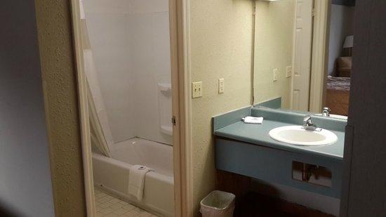Motel 6 Savannah Airport - Pooler: Yes the counter is breaking away