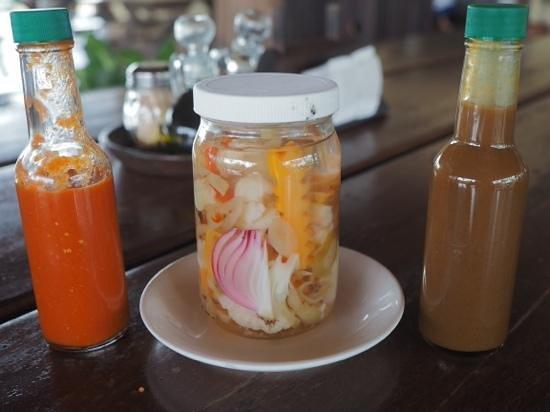 La Choza de Laurel: salsa picante, pickled veg and salsa Lizano