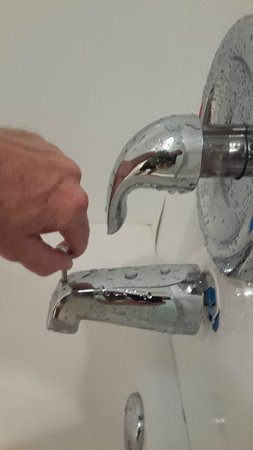 Motel 6 Savannah Airport - Pooler: Faucet pulls away from tub