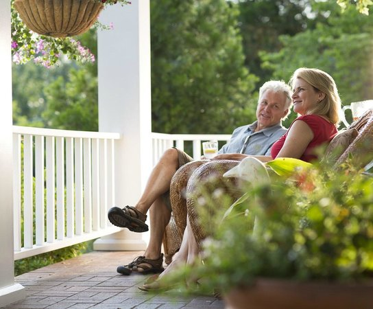 Country Willows Bed and Breakfast Inn: Relax on the porch